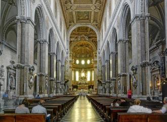 Il Duomo di Napoli apre per il pranzo di Natale