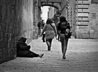"""Istat: """"17 milioni e 407 mila a rischio povertà"""""""