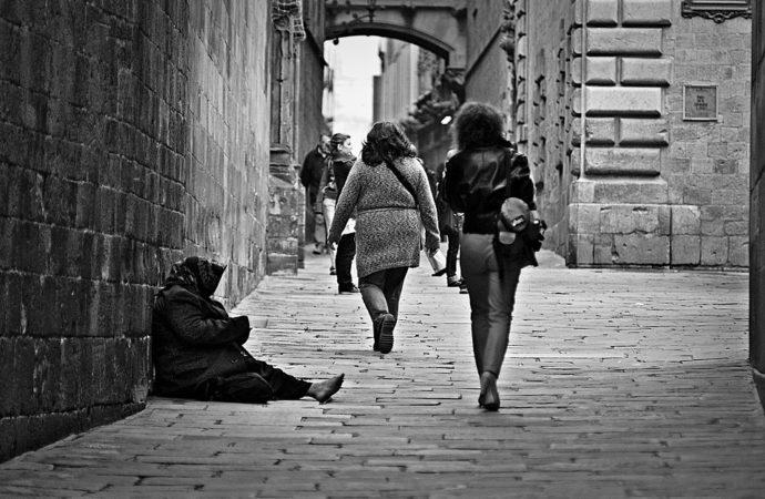 """povero-690x450 Istat: """"17 milioni e 407 mila a rischio povertà"""""""