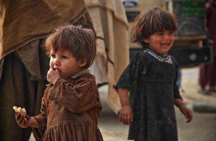 Eating-Afraid-Children-Sad-Fear-Crying-Poor-60743-690x450 19 bambini morti in Sudan