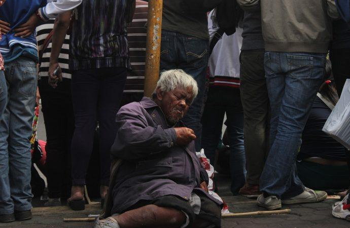 Old-Poverty-City-Abandoned-Poor-Beggar-Tourist-1318481-690x450 La lotta contro la povertà