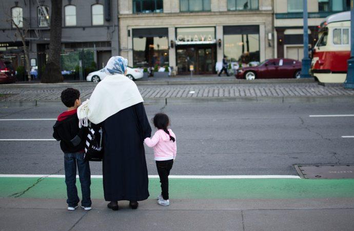 migranti-famiglia-690x450 Bosnia, polizia toglie migranti da strada