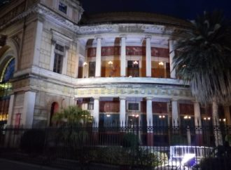Palermo illumina di blu il Politeama
