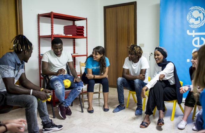 aden01-130x95 Halima Aden incontra rifugiati