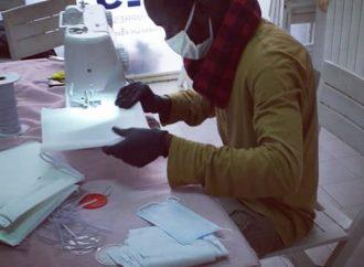 Le mascherine realizzate dai migranti