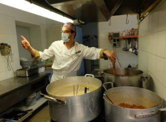 Gli studenti cucinano per i più poveri