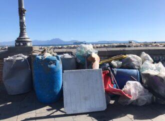 Caccia alla plastica nel mare di Napoli